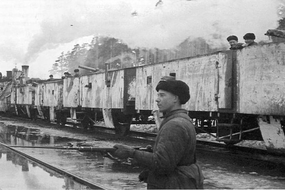 Бронепоезд на Ораниенбаумском плацдарме. Фото: архив ОЖД.