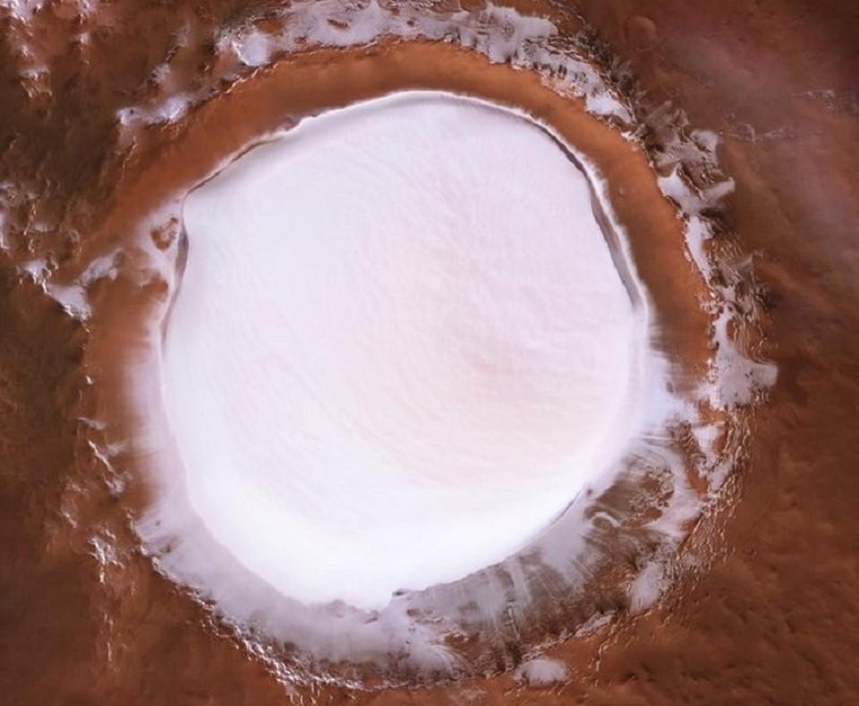 Так выглядит зима на Марсе. Снег заполняет собой кратеры, которые находятся на поверхности красной планеты. ФОТО: esa.int