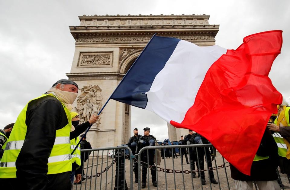 Группа молодых людей устроила беспорядки в центре французской столицы