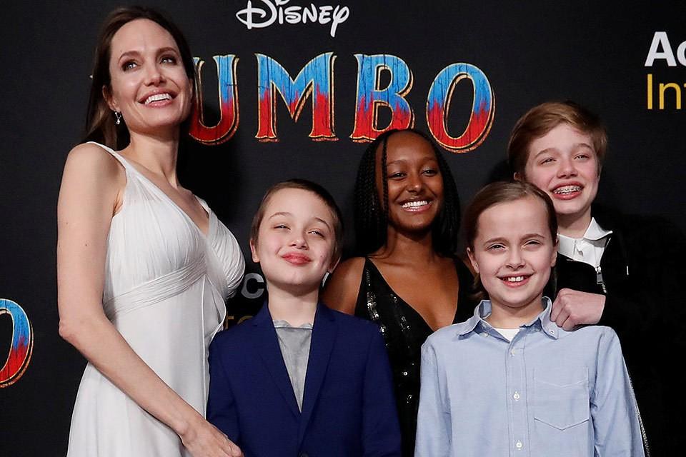 """Анджелина Джоли с детьми на премьере фильма """"Дамбо""""."""
