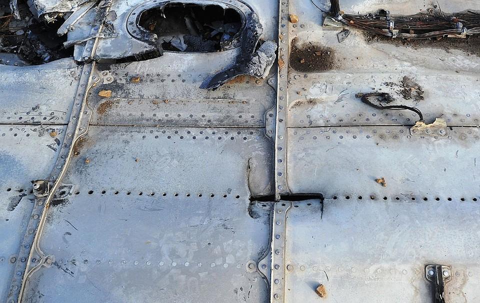 Обломки самолета на земле.