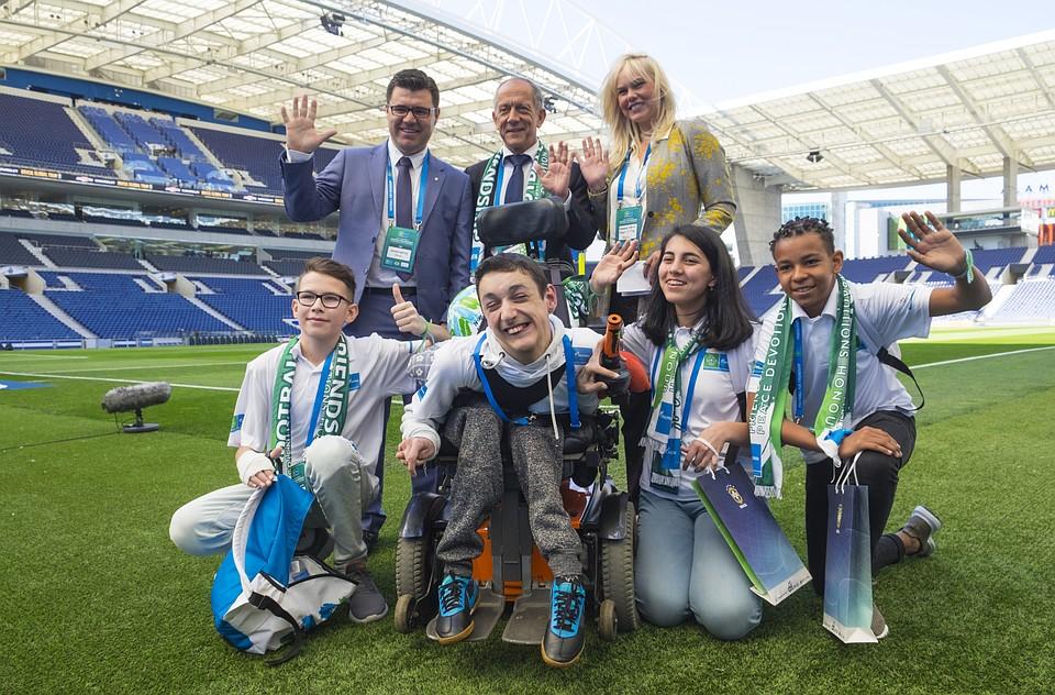 """Участники программы """"Футбол для дружбы"""" и представители Бразильской конфедерации футбола на стадионе Драгау Фото: AFP / Baptiste de Ville d'Avray"""