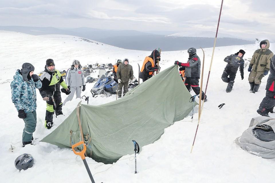 Часть следственного эксперимента - установка такой же палатки, как у группы Дятлова, на том же самом месте.