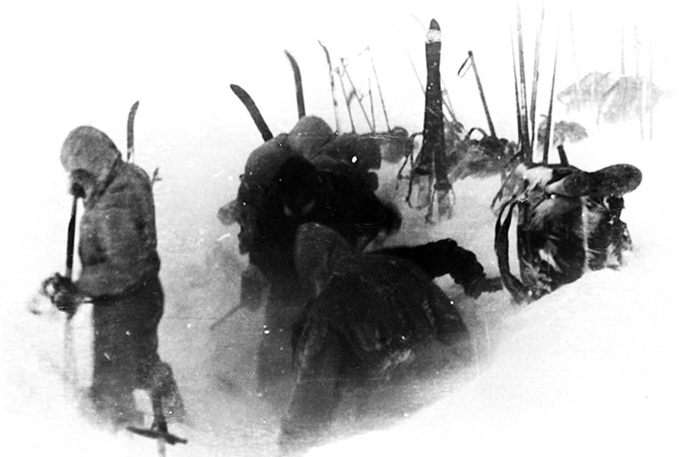 Этой фотографии - 60 лет. Дятловцы ставят палатку на заснеженном склоне. Фото: Фонд «Памяти группы Дятлова».