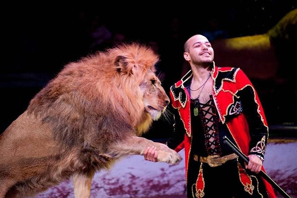 Дрессировщик со львом в цирке