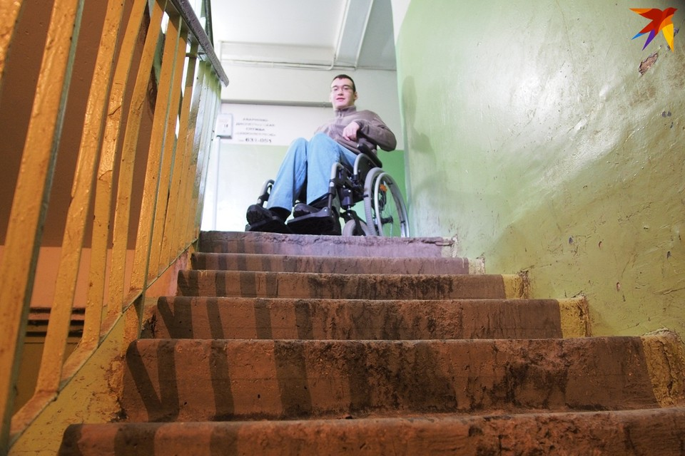 Путь по лестнице - пара метров. Но для колясочников это настоящая пропасть! Чтобы преодолеть ее, Дмитрию необходим раскладной пандус на боковой стене.