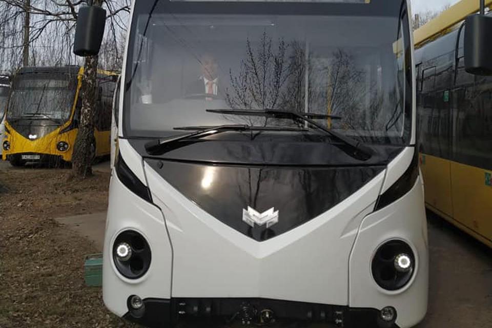 На «Белкоммунмаше» собрали праворульный электробус. Фото: посольство Британии в Беларуси.