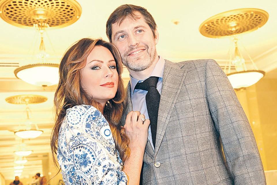 С хоккеистом Александром Фроловым артистка прожила в гражданском браке 4 года.