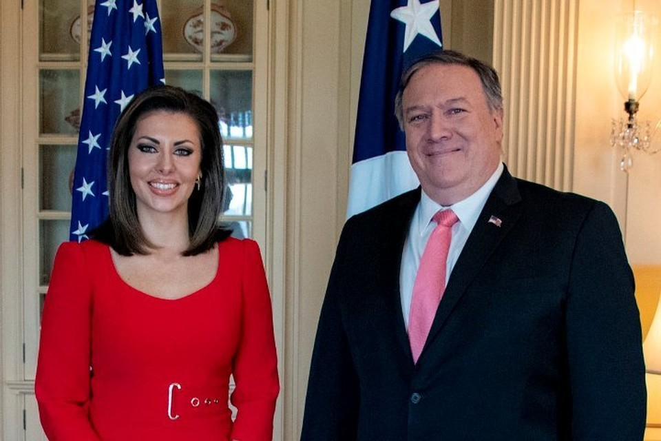 Госсекретарь США Майкл Помпео представил сотрудникам госдепартамента нового руководителя пресс-службы – Морган Ортэгус. Фото: Twitter@SecPompeo