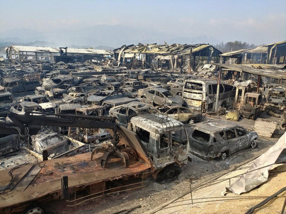 Пламя продолжает уничтожать дома и автомобили