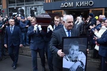 «Все, что он делал, вызывало большую радость»: друзья вспомнили трогательные моменты из жизни Алексея Булдакова