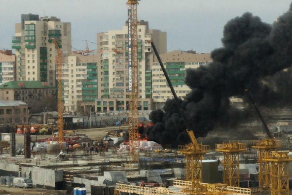 Пожар начался на стройке конгресс-холла в Челябинске.