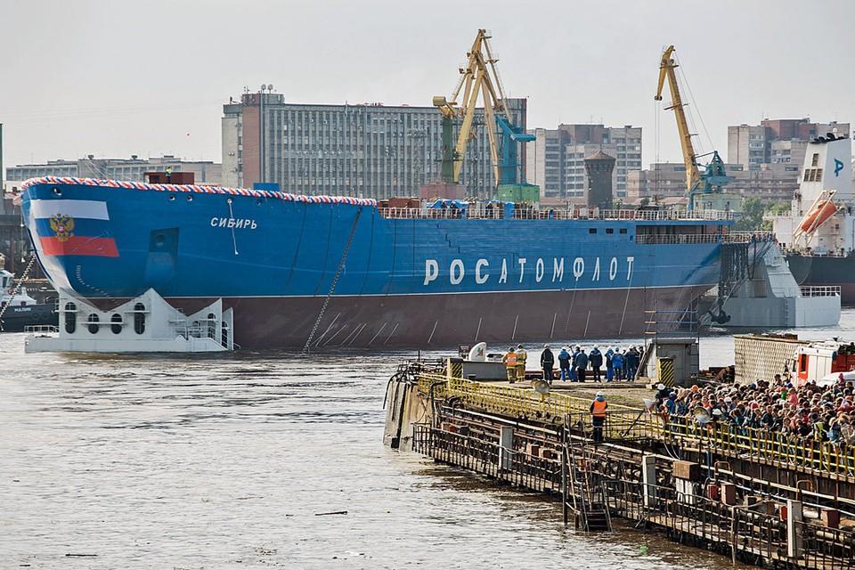 22 сентября 2017 г. Санкт-Петербург. На воду спущен первый в серии атомный ледокол проекта 22220 «Сибирь». Он предназначен для проводки грузов по Северному морскому пути. Ледоколы проекта 22220 оборудуют двухреакторной атомной энергетической установкой нового типа. Строящиеся суда этой серии – самые большие и мощные ледоколы в мире