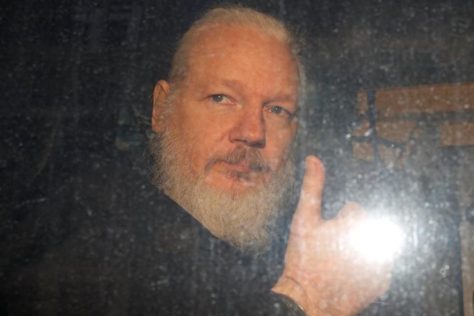 Основателя Wikileaks Джулиана Ассанжа увозят из эквадорского посольства в Лондоне