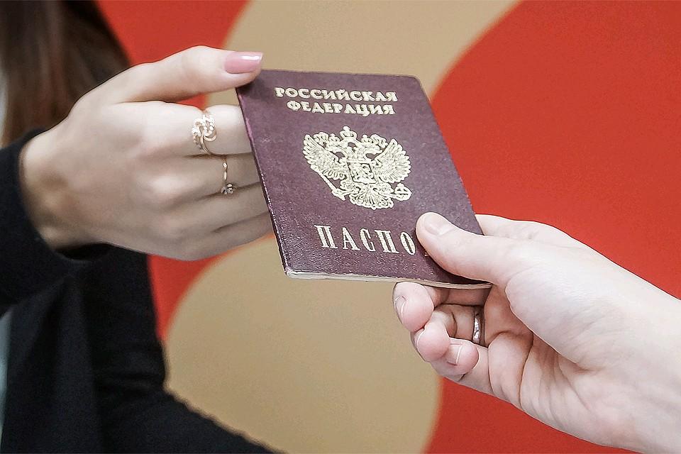 Донбасс получил паспорта, политые кровью и слезами