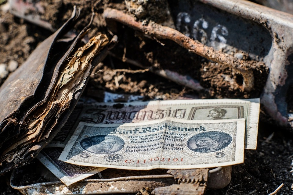 """Деньги лежали в коробке из-под пулеметных лент. Фото: движение """"Миус-Фронт""""."""