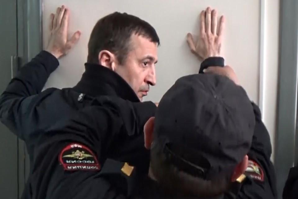Момент задержания Османа Хазбулатова. Скрин-фото: видео от МВД РФ