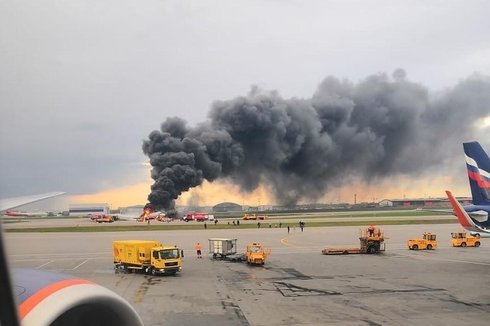 Огонь почти полностью уничтожил самолет Москва-Мурманск. Фото: соцсети