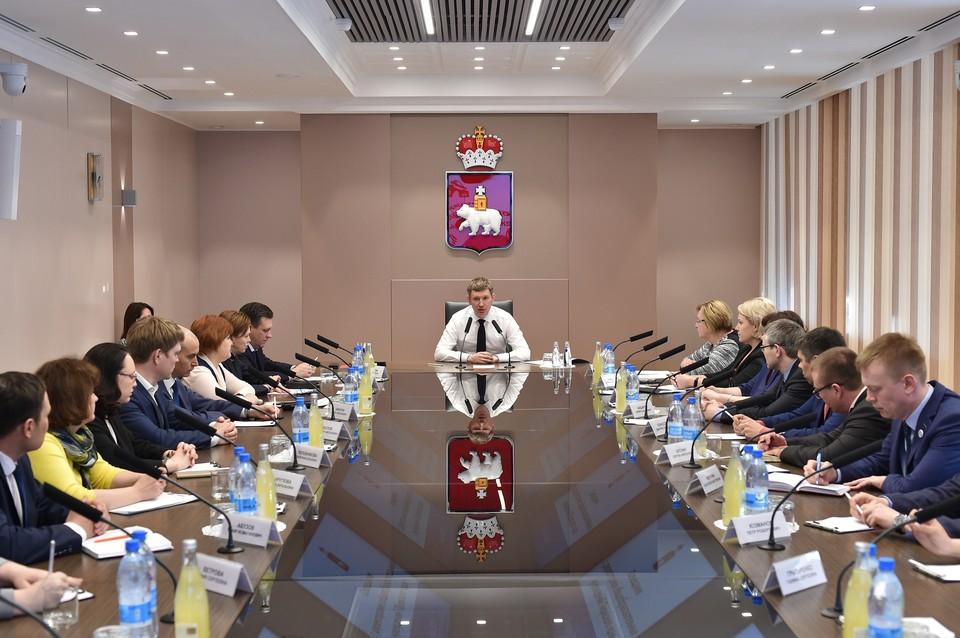 Максим Решетников встретился с директорами школ, которые будут участвовать в пилотном проекте «Электронная школа». Фото: пресс-служба губернатора.