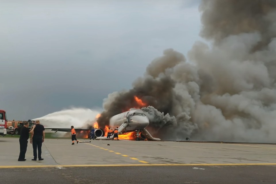 На кадрах видно, как из самолета валит дым, бегут пассажиры, а сотрудники экстренных служб и представители аэропорта отводят их подальше