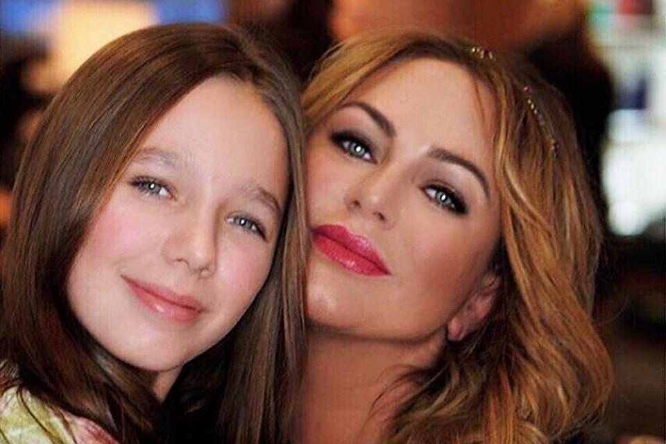 После внезапной и трагической смерти певицы Юлии Началовой 12-летнюю дочь Веру забрал на воспитание в свою семью бывший муж артистки и отец девочки
