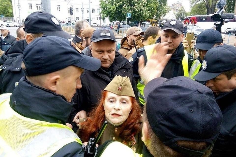 На празднике 9 мая в центре Киева полиция задержала женщину, которая отказалась снять пилотку.