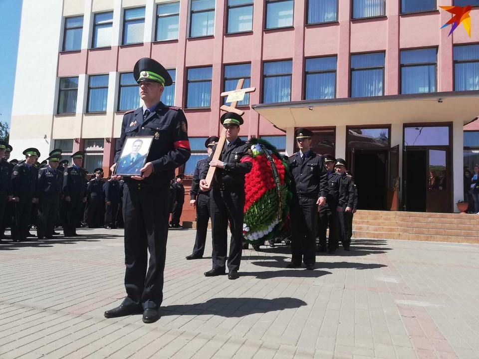 Лейтенанта милиции Евгения Потаповича хоронят с оркестром.