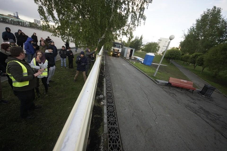 Забор разделил протестующих на два лагеря