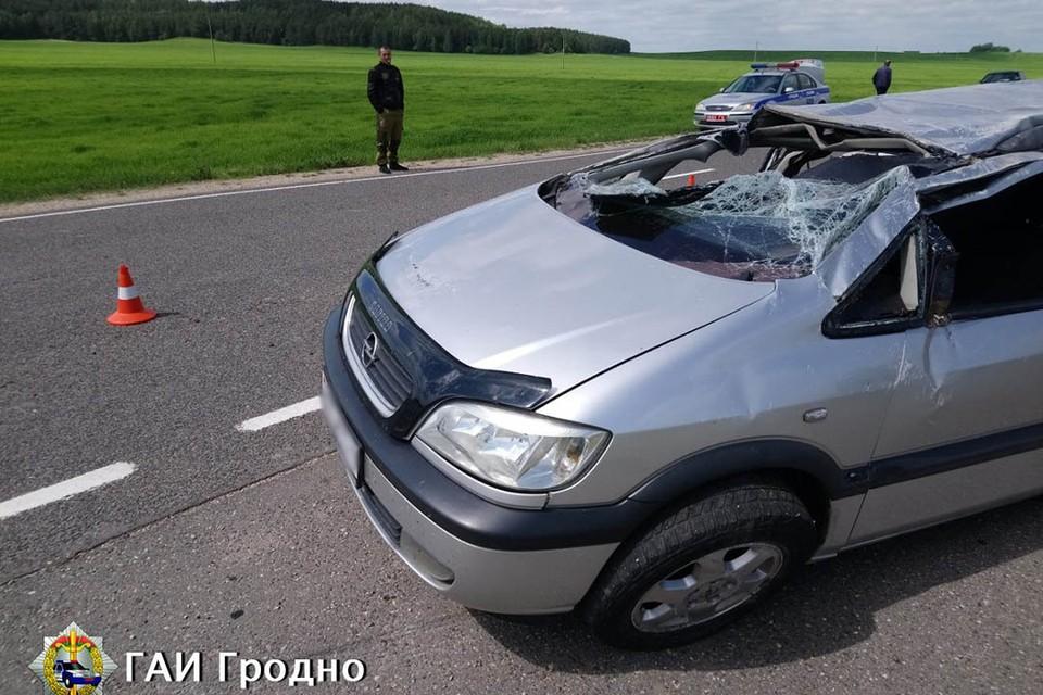 Водитель отвлекся, дважды задел обочину и машина перевернулась. Фото: ГАИ Гродно