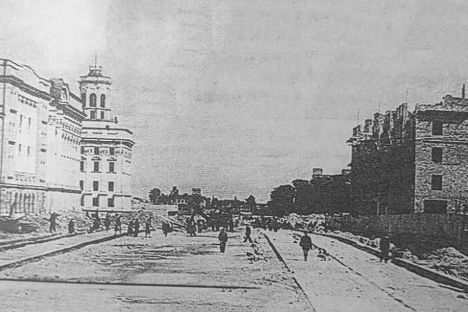 """Здание КГБ (с башенкой) было построено в Минске в 1947 году. Оно закрыло тюрьму -""""американку"""", где расстреляли более 10 тысяч белорусов. Фото 1948 года."""