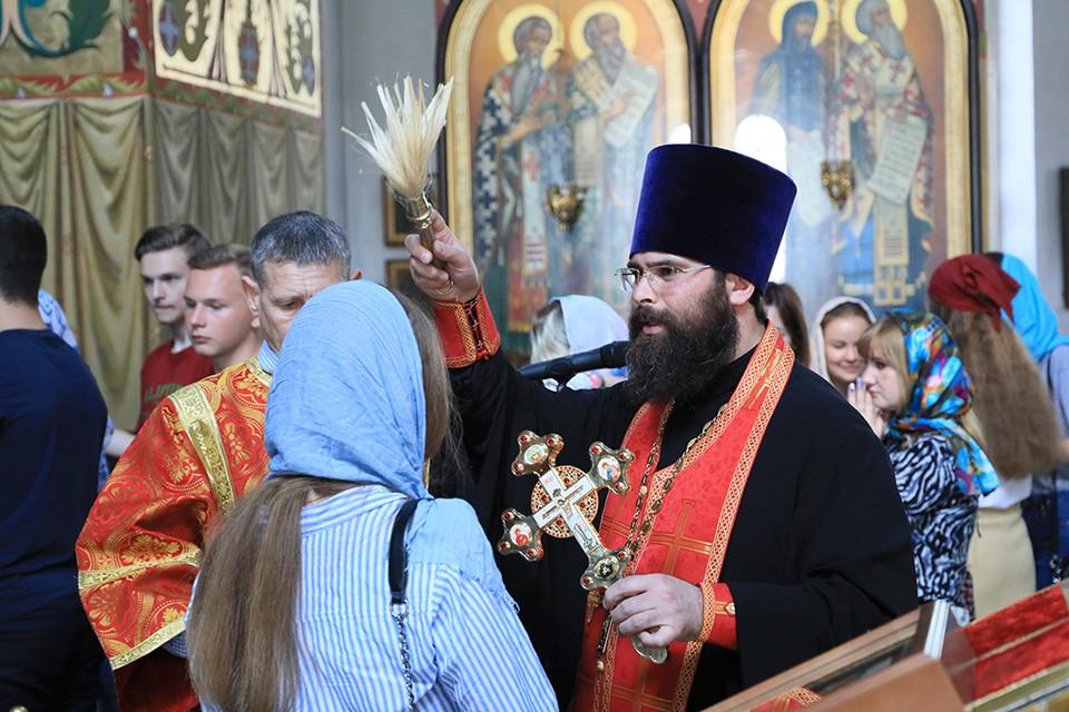 Отец Александр каждого будущего выпускника окропил святой водой. Фото: предоставлено Шахтинской епархией.