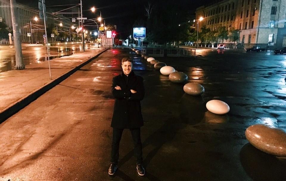 """Урбанист Лев Владов, декоративные камни и отвоеванный тротуар. Фото: группа """"Челябинский урбанист"""" vk.com"""