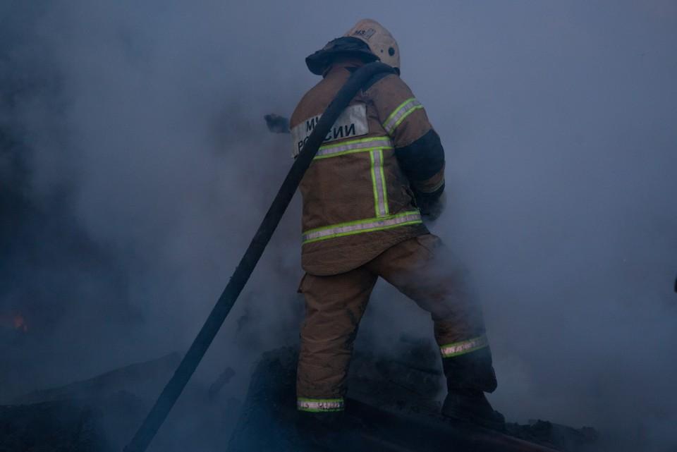 Сотрудники МЧС занимаются тушением возникшего после взрыва пожара