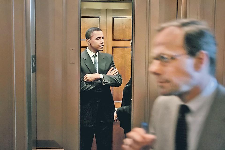 2005 год. 43-летний сенатор от Иллинойса Барак Обама, помощника которого по сюжету книги прослушивали наши нелегалы, в лифте конгресса. Белый дом еще впереди... Фото: Getty Images