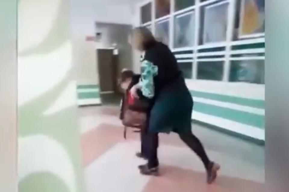 Учительницу, ударившую школьника в Комсомольске-на-Амуре, приговорили к обязательным работам