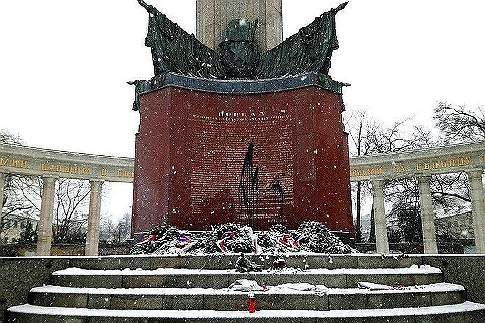 Памятник постоянно подвергается вандализму