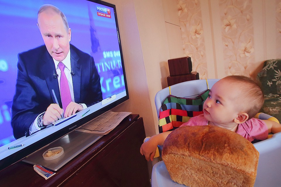 """Решение о повышении пособия президент озвучил во время """"Прямой линии""""."""