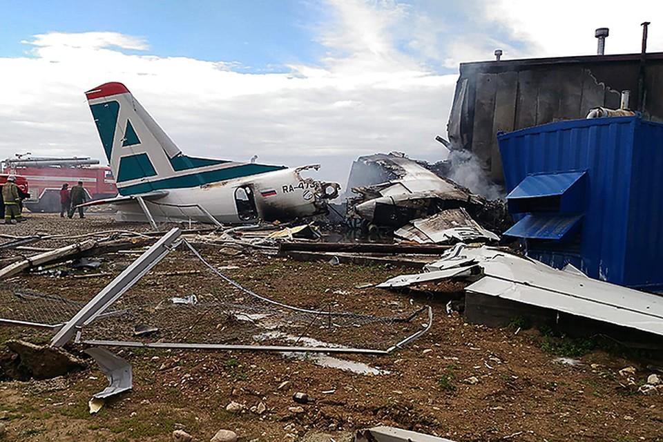 Экипаж Ан-24 сумел посадить самолет с одним работающим двигателем, но при посадке врезался в здание