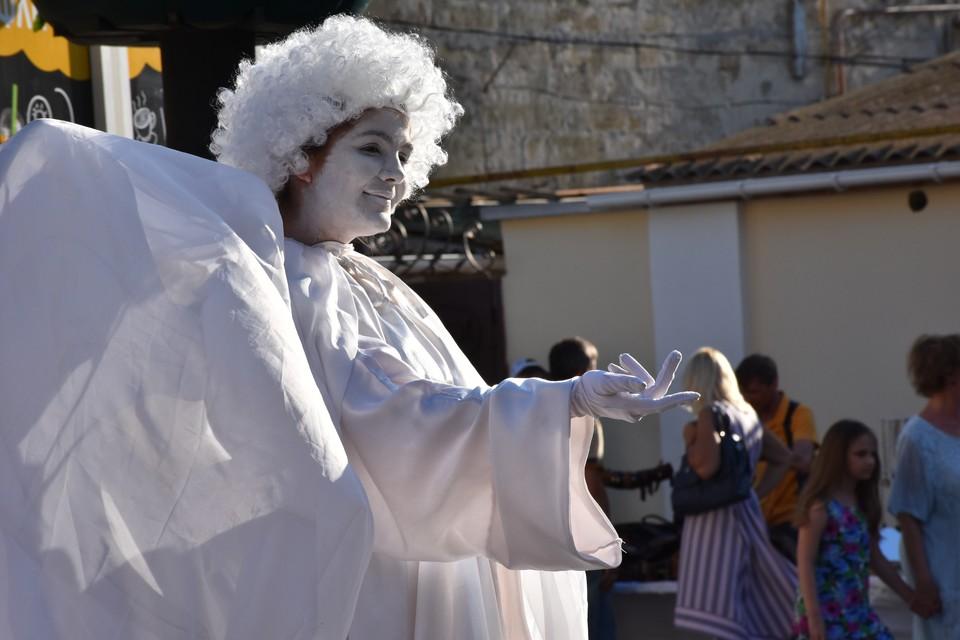 Пятничные вечера в Евпатории: Живые статуи, театр на ходулях и ярмарка сувениров ручной работы