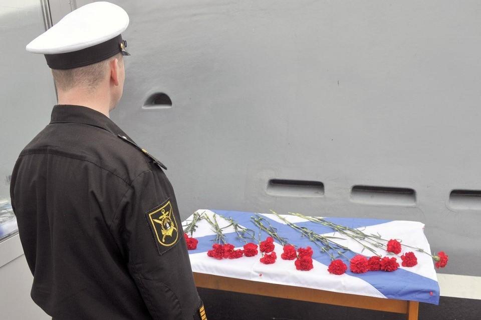 Североморск прощается с 14 моряками-подводниками, погибшими при пожаре на глубоководном научно-исследовательском аппарате. ФОТО: Лев Федосеев/ТАСС