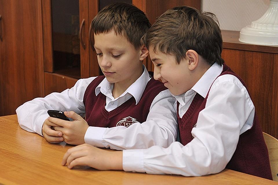 Мы спросили о том, что думают ученики и педагоги о возможном запрете телефонов в стенах учебного заведения