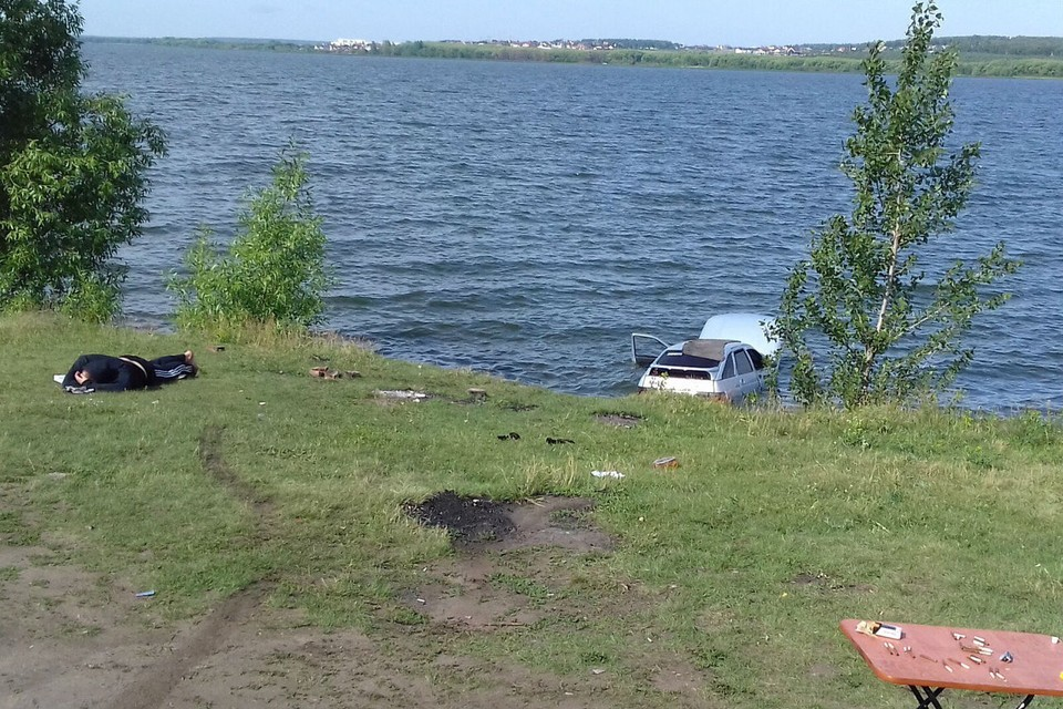 Машина погрузилась в воду. Фото: Владимир Антонов