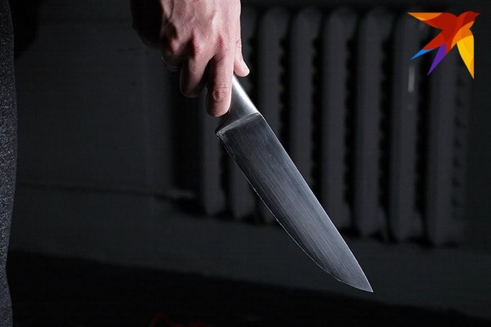 Дебошир бросил кухонные ножи в детей на детской площадке.