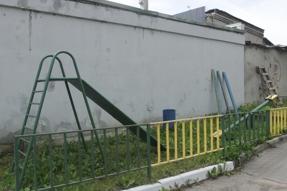 Детская площадка выглядит удручающе
