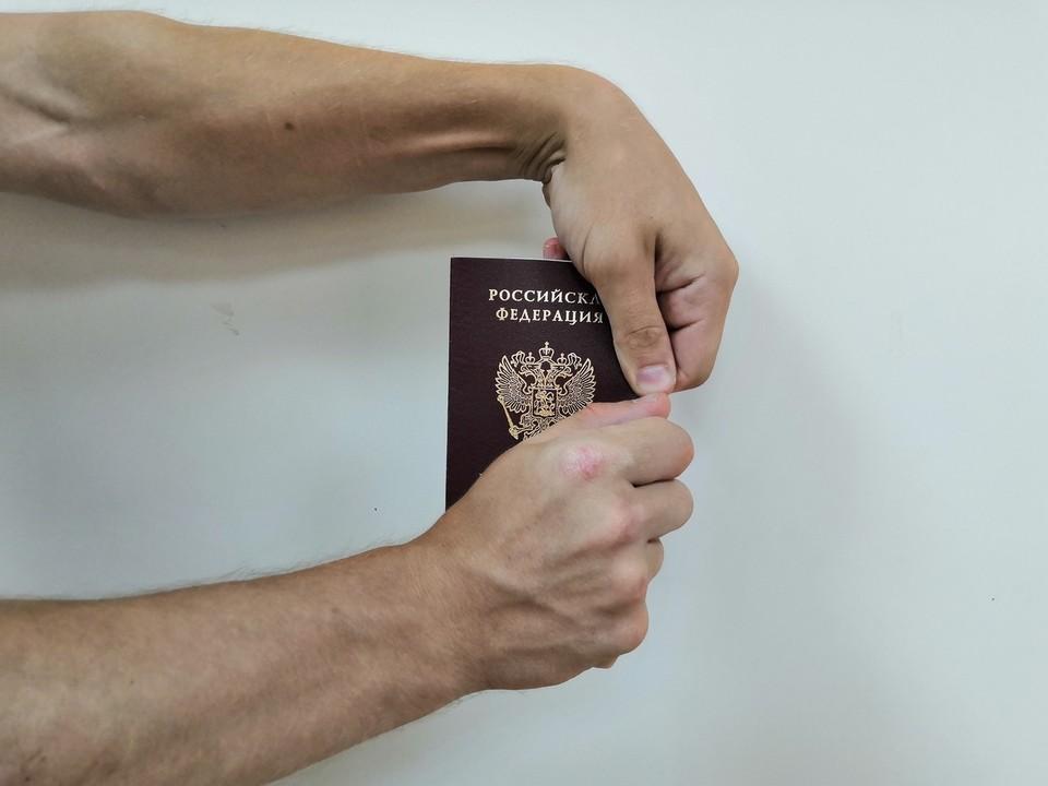 Я на тебе никогда не женюсь! Красноярец после ссоры с невестой порвал паспорт у ЗАГСа