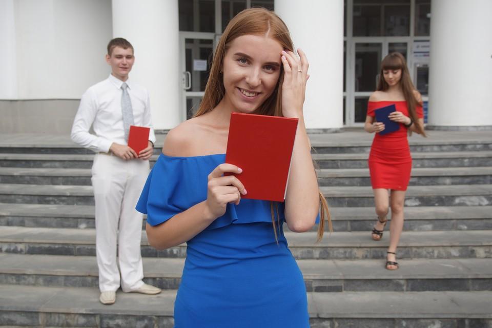 Выпускники с дипломами о высшем образовании.