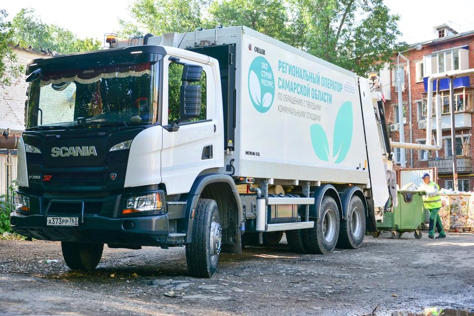 За день экипаж мусоровоза опустошает около 250 контейнеров