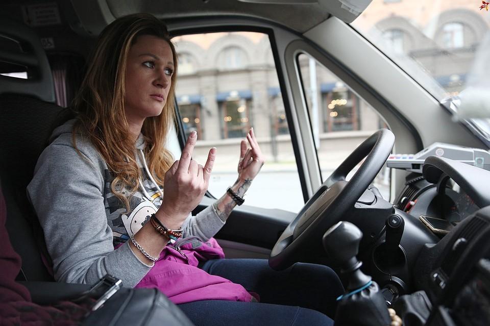 Пассажиры признались, что готовы доверить свою жизнь на время поездки женщине-таксисту