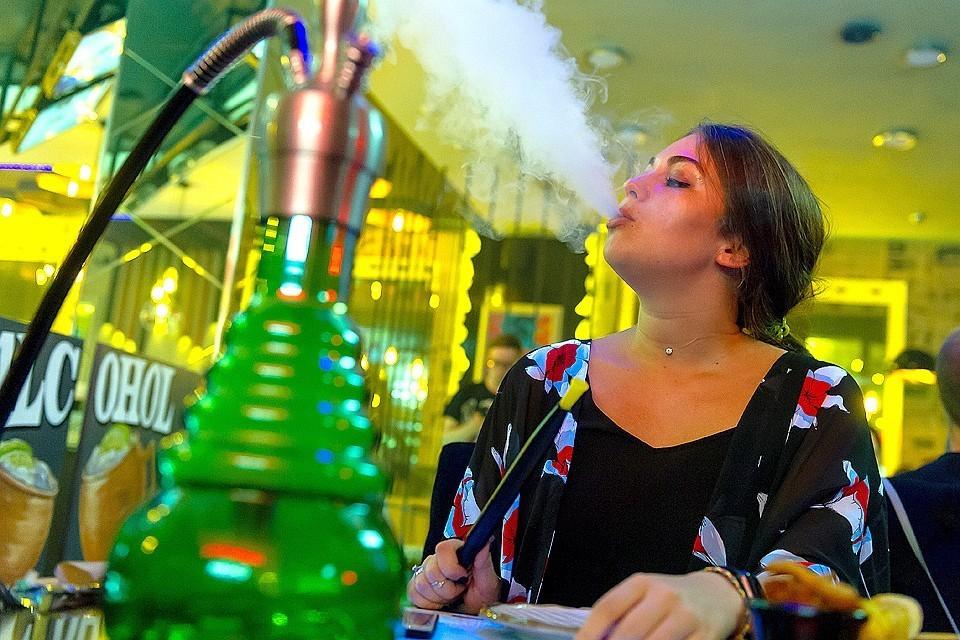 Кабмин одобрил распространение антитабачного закона на электронные сигареты и кальяны