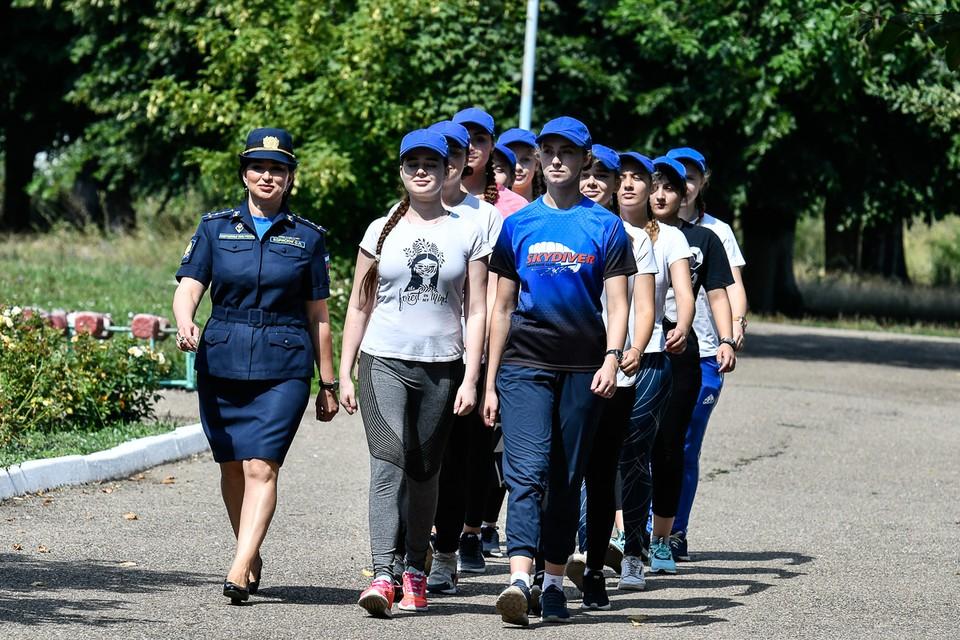 Большинство девчонок еще вчера сидели за школьной партой, но гражданскому вузу предпочли военное училище.